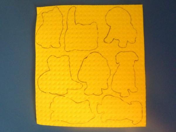 Ritagliate con delle forbici arrotondate (fate attenzione!!!) le forme dal cartoncino e riportatele su una spugnetta colorata pulita ed asciutta (tipo quelle che si usano in cucina).